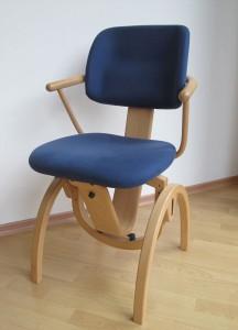 Moizi 11 Bewegungsstuhl Buche natur lackiert Stoff: Comfort S37 saphirblau mit Armlehnen Standard Sitzhöhe 43,5 - 52,5 cm 701,00 € 50% reduziert: nur noch 350,00 €
